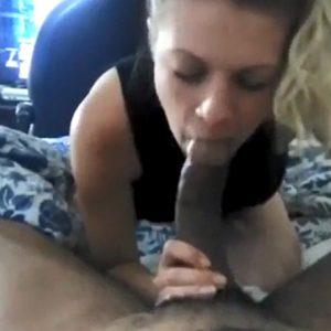 Девушка сосёт большой чёрный хуй
