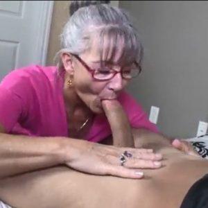 Зрелая женщина соблазнила молодого на минет