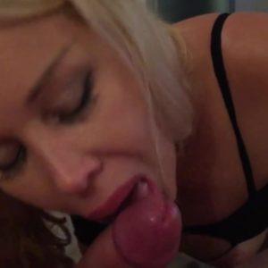 Зрелая блондинка умело берёт в рот